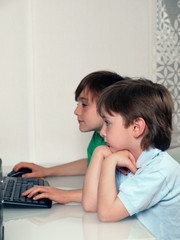 Kinder am Computer spielend