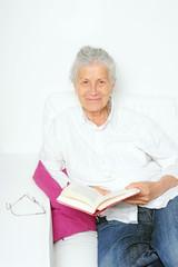 Ältere Frau liest ein Buch
