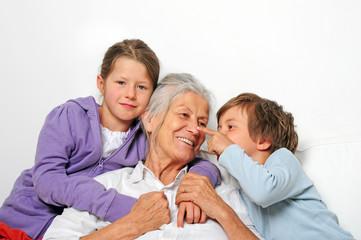 Oma und Enkelkinder