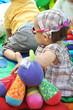 les bébés qui jouent sur le tapis d'activité d'éveil