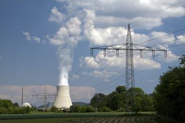 Kühlturm mit Strommasten
