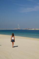 donna che passeggia sulla spiaggia