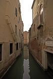 Wenecka uliczka w sepii - 32757107
