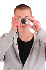 Jugendlicher mit Digitalkamera