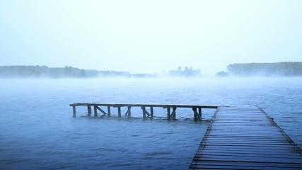 pioggia e nebbia sul lago