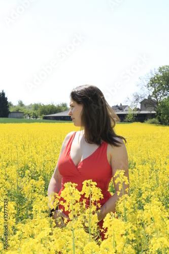 Schöne Frau im Rapsfeld