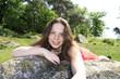 Schöne Frau auf einem Stein