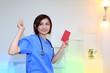 メモ帳とペンを持っている笑顔の女医