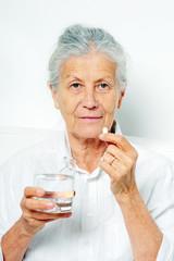 Tablette mit Wasser einnehmen