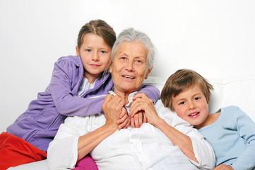 Kinder mit Oma