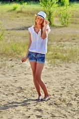 Frau am Strand mit hut komplett (OG)