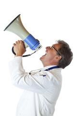Profil eines resoluten Arztes, der laut ins Megaphon schreit