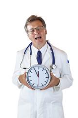 Gestresster Arzt mit Uhr vor Brust klagt über Zeitdruck