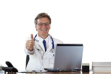 Erfolgreicher älterer Arzt am Schreibtisch hält Daumen nach oben