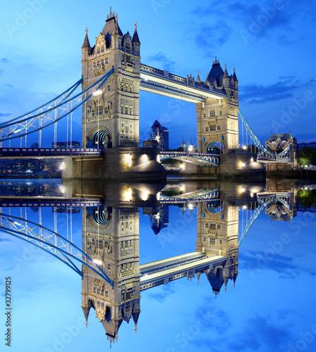 tower-bridge-w-londynie