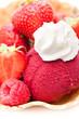 Eis mit Himbeeren und Erdbeeren und Sahne