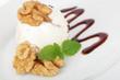 Walnusseis mit Schokoladensoße