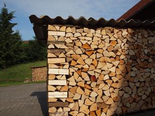 Sauber aufgestapeltes Brennholz