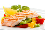 Fototapety Grilled salmon and vegetables