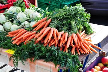 frische Möhren auf dem Wochenmarkt