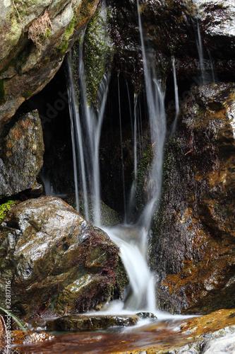 skały z odcieków wody