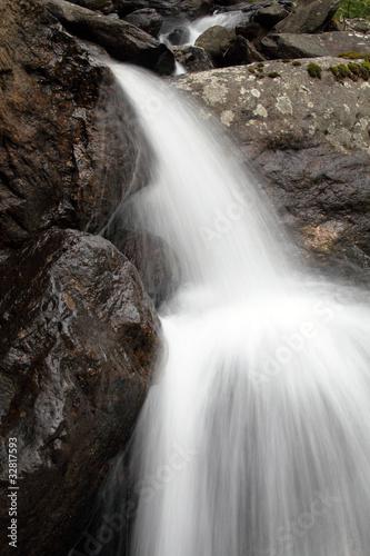 ruchu wody między skałami