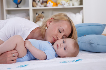 Mutter mit ihrem Baby spielen