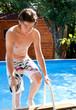 adolescent qui sort de la piscine