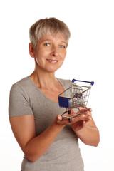 Erwachsene Frau mit Einkaufswagen