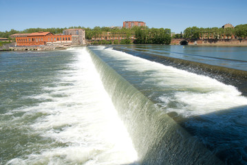 The diverting dam on the Garonne river.