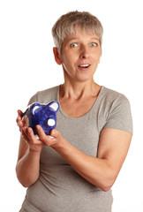 Erwachsene Frau mit Sparschwein