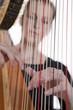 junge Frau spielt auf Harfe