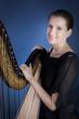 fröhliche Frau mit Harfe