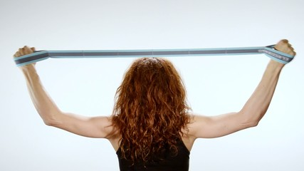 donna scolpisce i muscoli