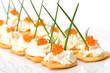 Dekorative Partysnacks mit Kaviar und Frischkäse - 32842199