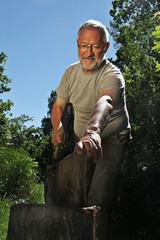 Mann beim Holzhacken