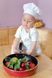 Kleiner Koch mit Gemüsepfanne