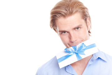 Mann mit geschenk gutschein