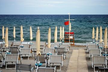 spiaggia con bandiera rossa