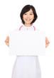 メッセージボードを持つ白衣を着た女性