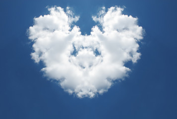 Сердце из облаков в голубом небе