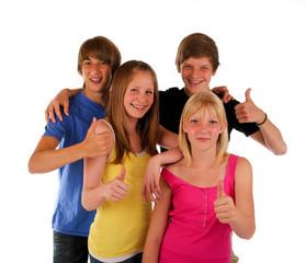 vier Teenager daumen hoch