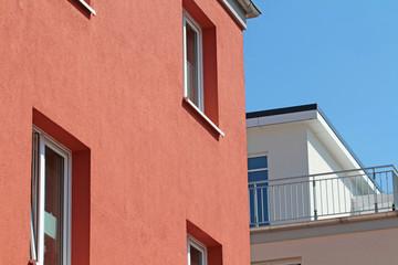 rote Neubaufassade mit WDVS