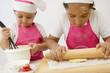 Cuisine - enfant étalant de la pâte