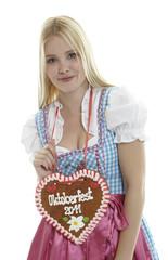 Frau mit Lebkuchenherz