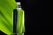 Massage Öl mit Blatt im Hintergrund, quer