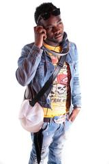 jeune homme noir qui écoute de la musique