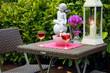 Festlich gedeckter Tisch im Freien