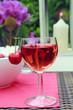 Glas Rotwein mit Kirschen