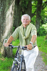 Senior mit Fahrrad